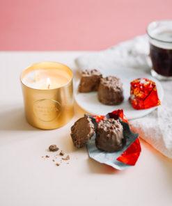 Découvrez notre bougie parfumée personnalisée au Chocolat Praliné avec son message caché à l'intérieur